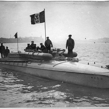 /images/0/2/02-dicembre-1917---il-mas-del-tenente-luigi-rizzo-rientra-nel-porto-di-ancona-dopo-l-affondamento-della-corazzata-wien.jpg