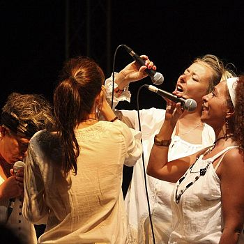 /images/0/3/03-vocal-sisters-0625-.jpg
