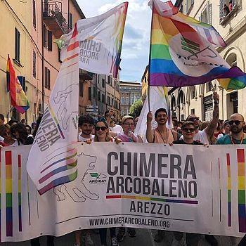 /images/0/5/05-striscione-chimera-arcobaleno-al-pride-2019.jpg