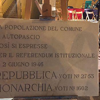 /images/0/6/06-lapide-repubblica-monarchia-altopascio.jpg