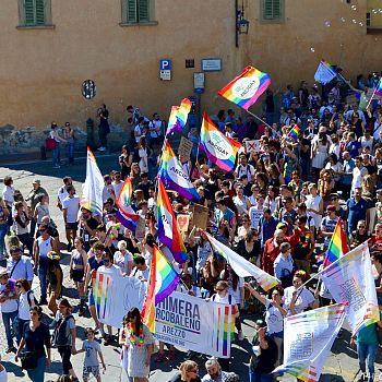 /images/1/8/18-toscana-pride-arezzo-2017-b.jpg