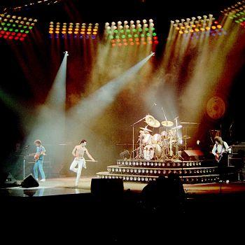 /images/2/0/20-queen-rock-montreal-2.jpg