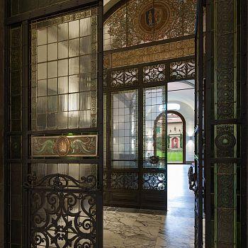 /images/2/3/23-l-ingresso-con-la-sede-dell-ente-con-le-vetrate-di-tito-e-galileo-chini-1929-ca-.jpg
