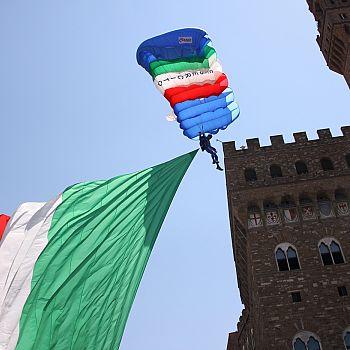 /images/3/2/32-atterraggio-paracadutista-esercito-in-piazza-della-signoria.jpg