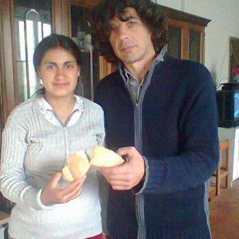 /images/3/2/32-marcello-zuinisi-e-maria-spezzano-il-pane-e-lo-offrono-a-matteo-salvini.jpg