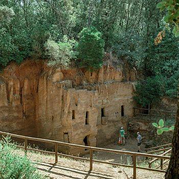 /images/3/7/37-parco-archeologico-di-baratti-e-populonia---necropoli-delle-grotte---foto-paolo-ciriello.jpg