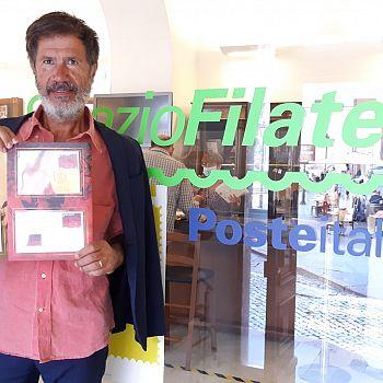 /images/4/0/40-corrado-veneziano-in-posa-con-la-serie-filatelica-dantesca.jpg
