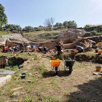 /images/4/2/42-acropoli-area-di-scavo.jpg
