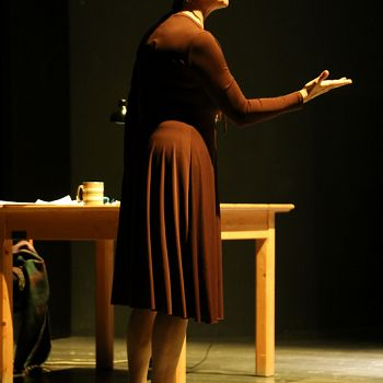 /images/4/2/42-giorno-della-memoria-lettera-alla-madre-minimal-teatro-eleonora-caponi-043.jpg