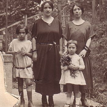 /images/4/5/45-sonia-e-la-sorella-maggiore-lea-bambine--con-la-madre-laura-castelfranco-e-la-zia-paola-oberdorfer.jpg