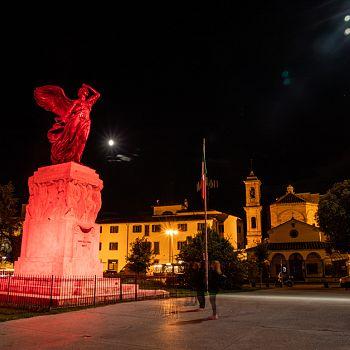 /images/6/2/62-statua-piazza-vittoria-illuminata-6.jpg