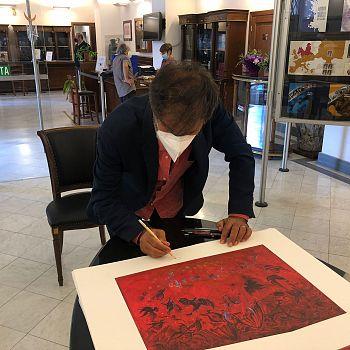 /images/6/6/66-corrado-veneziano-firma-una-litografia-della-sua-opera-riprodotta-sul-francobollo.jpg