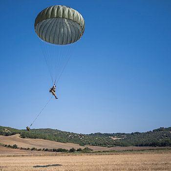 /images/6/7/67-paracadutista-in-atterraggio.jpg