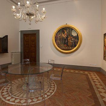 /images/8/9/89-la-sala-riunioni-con-il-pavimento-dei-chini--1929--e-il-tondo-di-lippi--1485-86--oriz.jpg