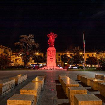 /images/9/0/90-statua-piazza-vittoria-illuminata-14.jpg