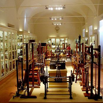 /images/9/9/99-il-salone-di-fisica-della-fondazione-scienza-e-tecnica.jpg