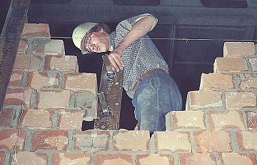 Abbatte Un Muro Portante Senza Avvisare I Condomini Nove Da Firenze