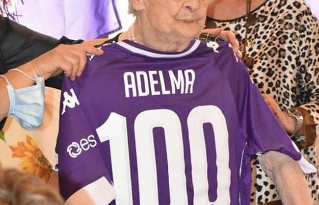 Tifosa viola centenaria: festa con la maglia personalizzata della ...